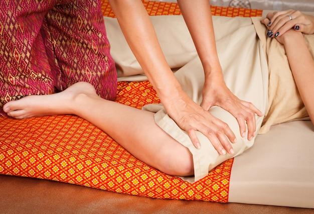 La pierna del primer del pie da masajes al balneario con estilo tailandés.