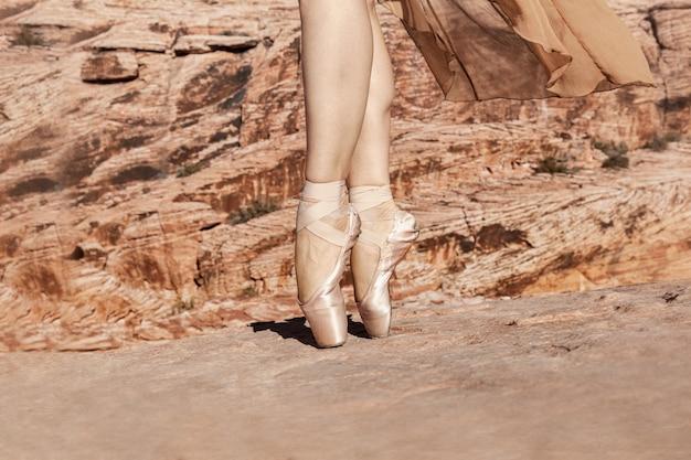 Piernas de bailarina clásica en pointes al aire libre