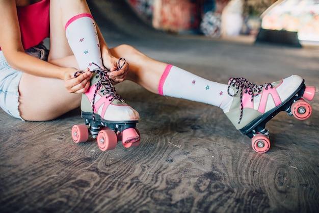 Piernas bien formadas y delgadas de una mujer con rodillos