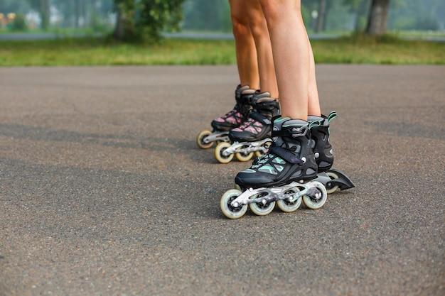 Piernas de las chicas deportivas onroller skate walk
