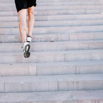 Piernas de cultivos corriendo en las escaleras