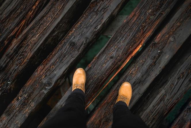 Piernas de cultivo en el puente de madera