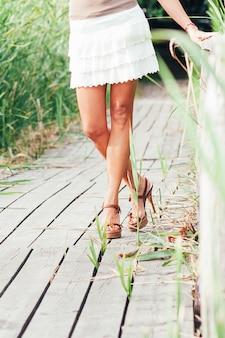 Piernas elegantes elegantes delgadas del moreno