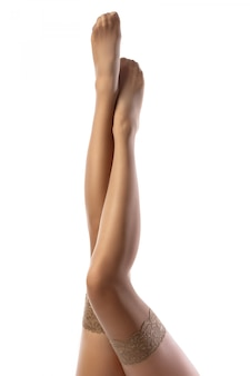 Piernas femeninas en medias desnudas