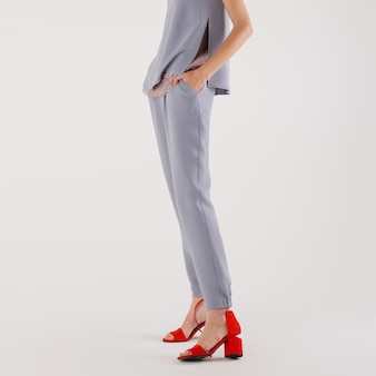 Piernas femeninas en pantalones y zapatos rojos