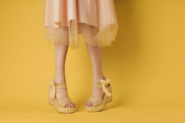 Piernas femeninas en zapatos de vestir estilo de verano posando