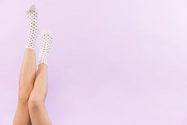 Piernas de hermosa mujer con calcetines