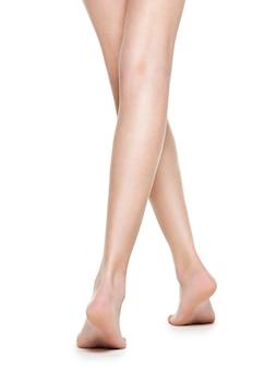 Piernas hermosas de mujeres largas después de la depilación