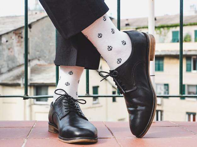 Piernas de hombre, zapatos elegantes y calcetines coloridos.
