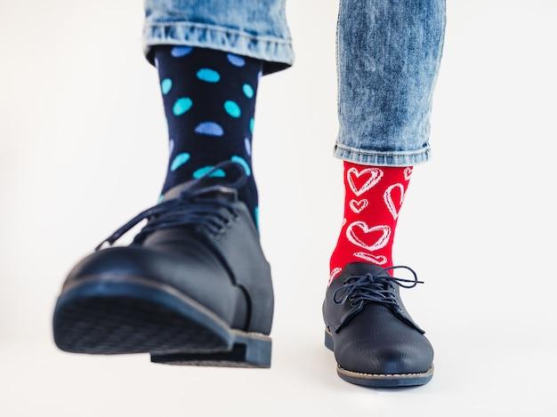 Piernas de hombre, zapatos de moda y calcetines brillantes.