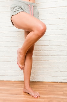 Piernas de una joven mujer descalza deportiva caucásica