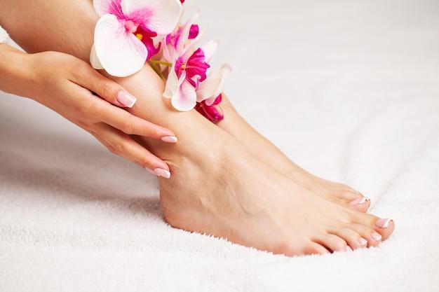 Piernas largas y femeninas con piel hermosa y lisa, concepto de cuidado de piernas y depilación