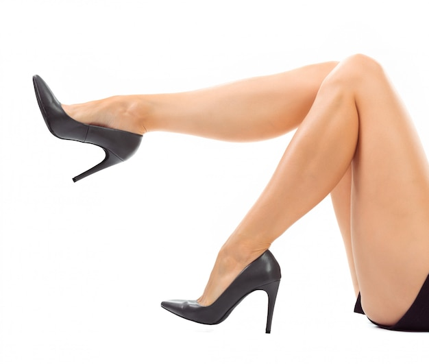 Piernas largas de mujer con zapatos