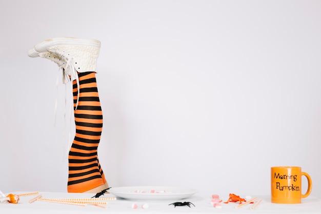 Piernas en medias anaranjadas y negras