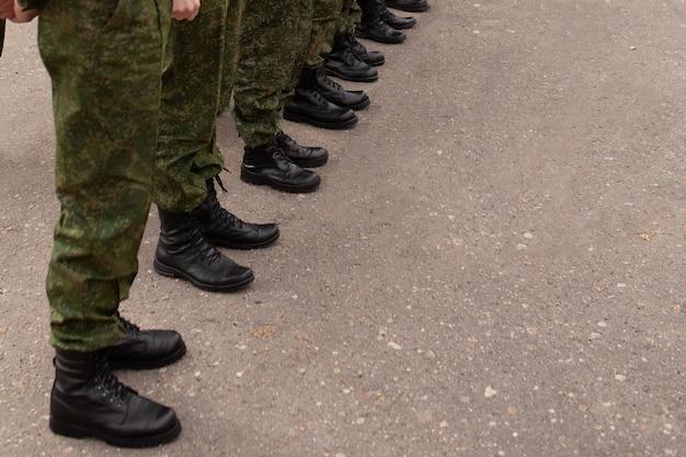 Las piernas de los militares en las filas