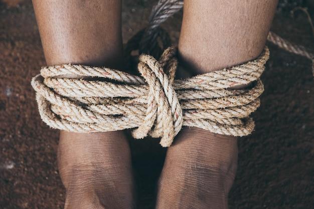 Piernas de mujer atadas por cuerda