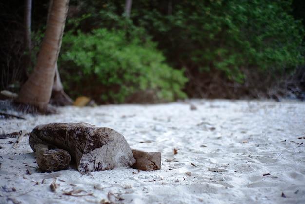 Las piernas de una mujer se colocan en una playa de arena blanca en tailandia.