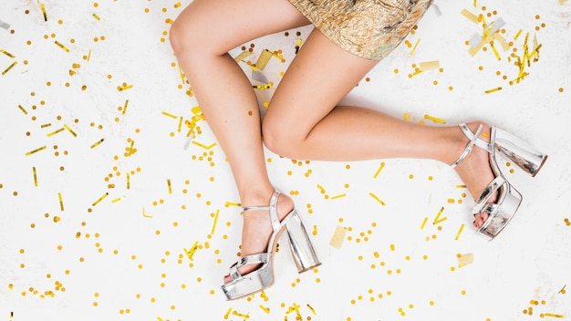 Piernas de mujer en piso festivo