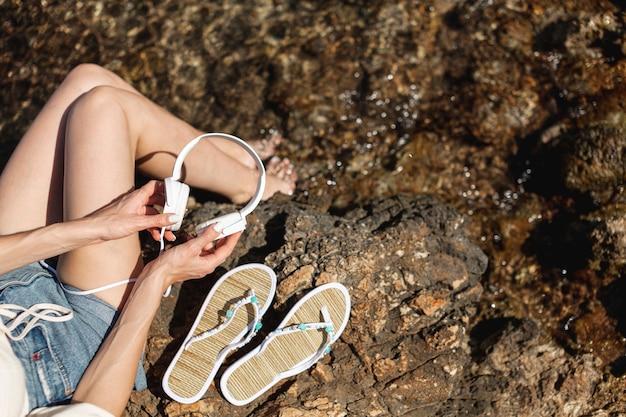 Piernas de mujer sobre la roca