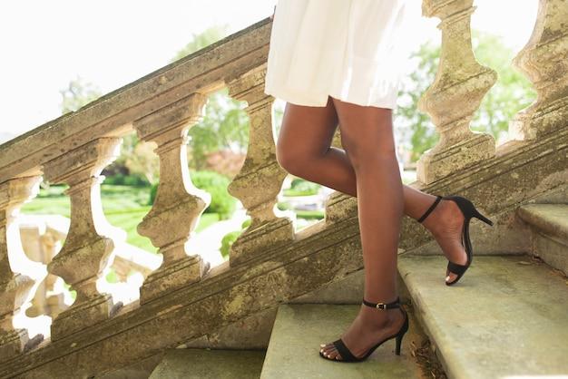 Piernas, negro, dama, ambulante, abajo, escaleras, parque