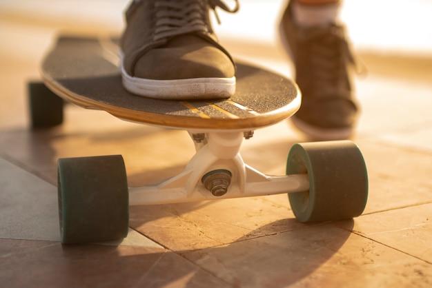 Los pies de un adolescente en un tablero de londres
