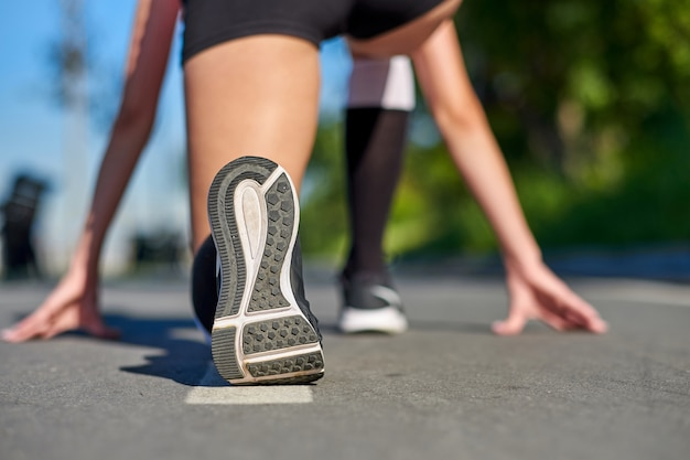 Pies de atleta corredor corriendo en cinta rodante closeup en zapato