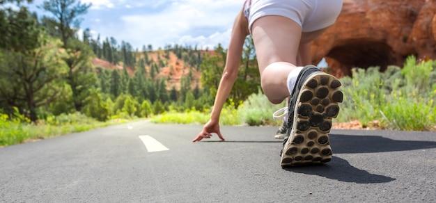 Pies de corredor en primer plano de zapatos deportivos