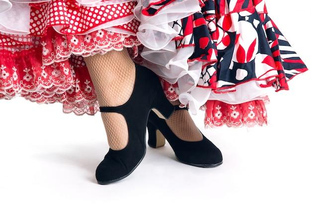 Pies detalle de bailarina de flamenco en hermoso vestido