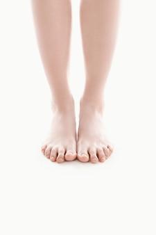 Pies femeninos desnudos, concepto de cuidado del cuerpo de la piel