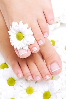 Pies femeninos limpios y bien cuidados con hermosas uñas de los pies