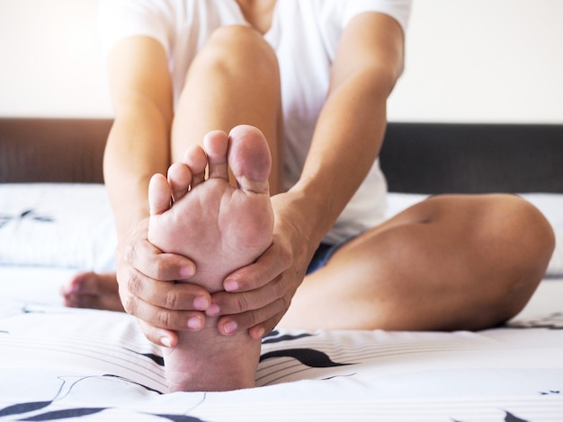 Pies femeninos y plantas del talón con dolor en el talón en adultos y tratamiento de la fascitis plantar