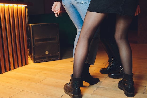 Pies de gente bailando en una fiesta de club. irreconocible.
