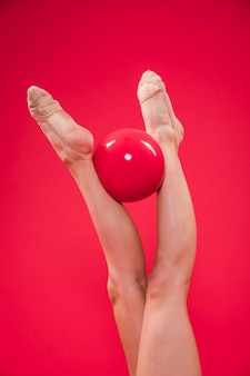 Pies de gimnasta rítmica con pelota