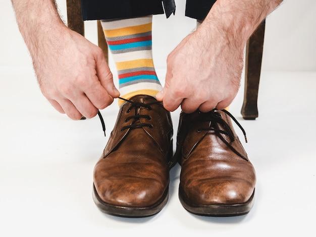 Pies de hombres en zapatos elegantes y calcetines divertidos.