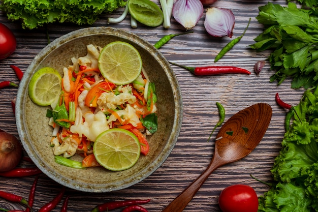 Pies mixtos de verduras y pollo, ensalada picante tailandesa.