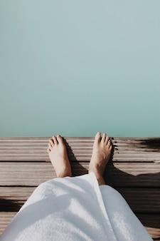 Pies de pie sobre el agua