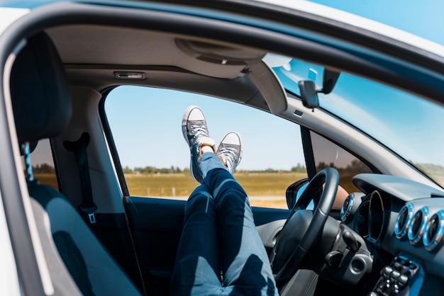 Pies a través de la ventana del coche