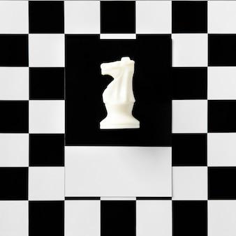 Pieza de ajedrez del caballero en un patrón