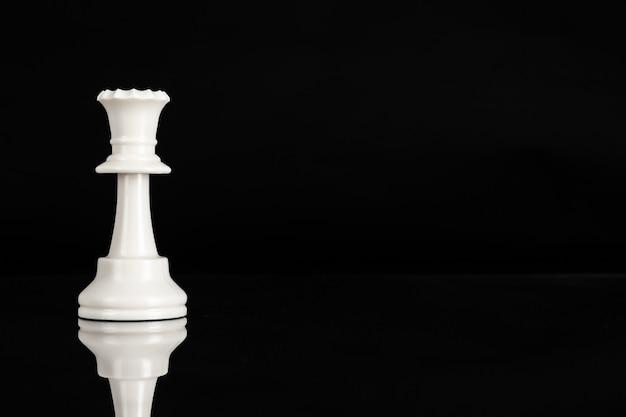 Pieza de ajedrez de cerca en negro. liderazgo