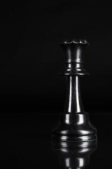 Pieza de ajedrez de cerca sobre fondo negro. liderazgo
