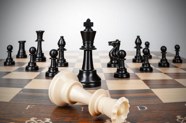 Una pieza de ajedrez contra el conjunto de piezas de ajedrez. estrategia, concepto de negocio