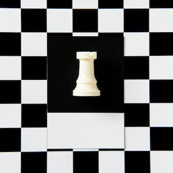 Pieza de ajedrez de torre en un patrón.