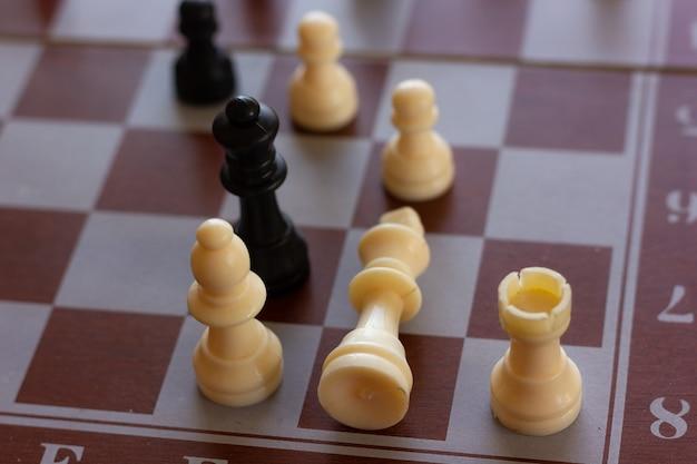 Pieza de rey blanco acostado de tablero de ajedrez, estrategia de juego de ajedrez, inteligencia, victoria, derrota, conceptos