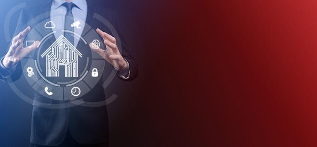 Una pieza de trabajo vacía. un hombre de negocios con un traje sobre un fondo negro tiene sus manos gesto protector. un gesto de cariño y mecenazgo.
