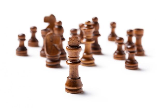 Piezas de ajedrez aisladas sobre fondo blanco.