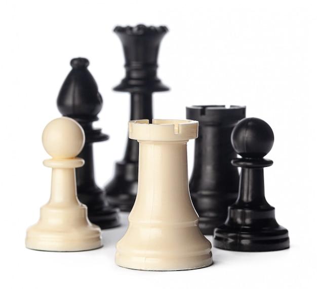 Piezas de ajedrez en blanco y negro sobre blanco
