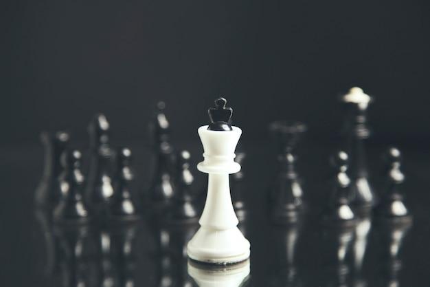 Piezas de ajedrez en blanco y negro