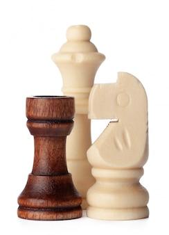 Piezas de ajedrez de madera blanca y marrón sobre superficie blanca