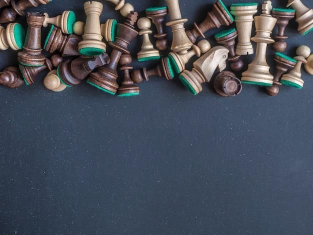 Piezas de ajedrez de madera clásicas de arriba en el espacio de copia de la mesa oscura
