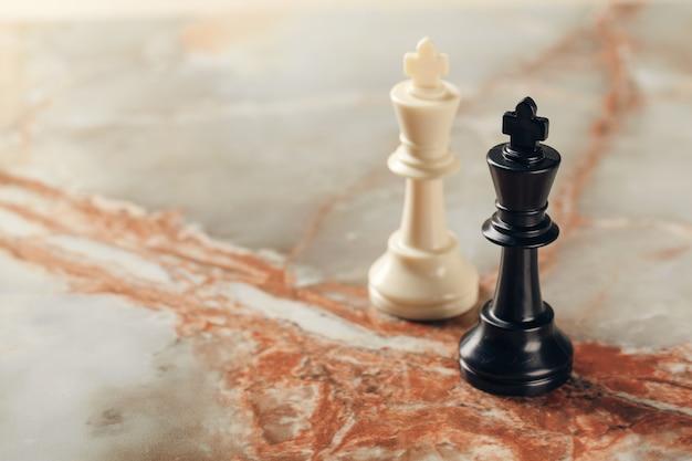 Piezas de ajedrez rey en mesa de mármol